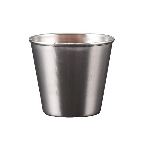 Una caja de almacenamiento,un vaso de acero inoxidable con ...