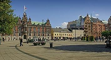 Los turistas en una plaza de la ciudad. – Jarra (Malmã ¶) Suecia
