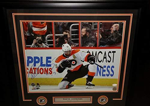 - Flyers Wayne Simmonds Fist Pump Autographed 16