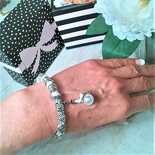 French CC.CHANELady on Pearl Charm Stretch Beads Bracelet. Woman CharmCC.]()