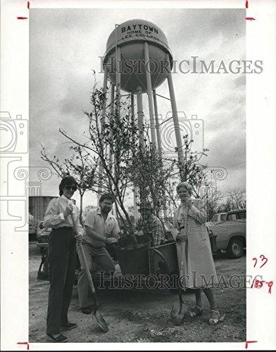 1984 Press Photo Gift of Trees Program, Baytown, Texas - - Baytown Of Texas Pictures