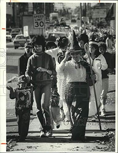 1985 Press Photo Blessed Sacrament School Halloween Parade in Eastwood]()