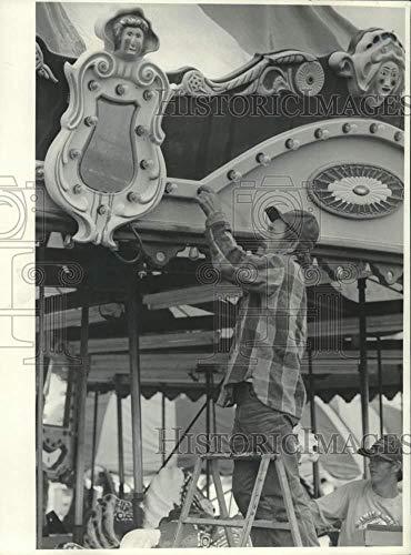 1987 Press Photo Joe Duquatte Working at New York State Fair Merry Go Round