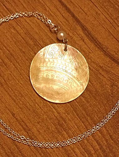 [Mother of Pearl Etched Design Pendant Necklace] (Best Mother And Son Costumes)