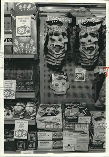 1986 Press Photo Rite Aid Drug Store Halloween Costumes and Christmas Ornaments -