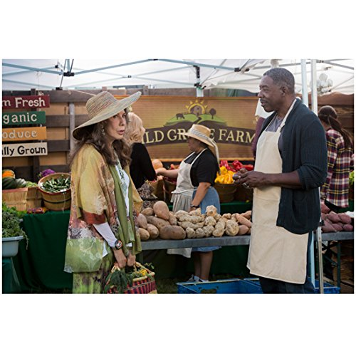 grace-and-frankie-lily-tomlin-talking-with-ernie-hudson-at-farmers-market-8-x-10-inch-photo