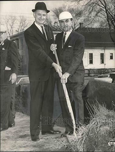 Historic Images - 1965 Vintage Press Photo W. B. Baxley breaking ground with unidentified persons, Alabama