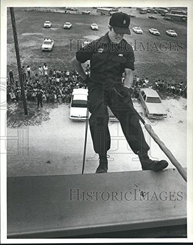 1984 Press Photo Sgt Jones, Baytown Texas Police Officer Performs Repelling - Of Baytown Pictures Texas