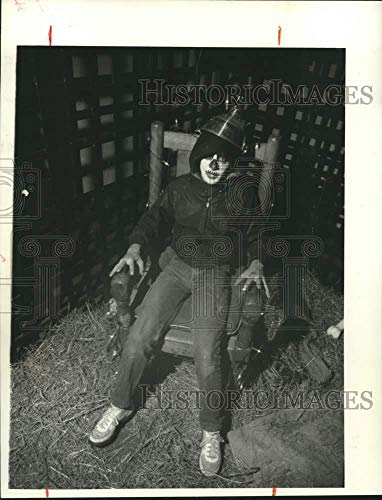(1984 Press Photo Sacketts High School Halloween Haunted House Student)