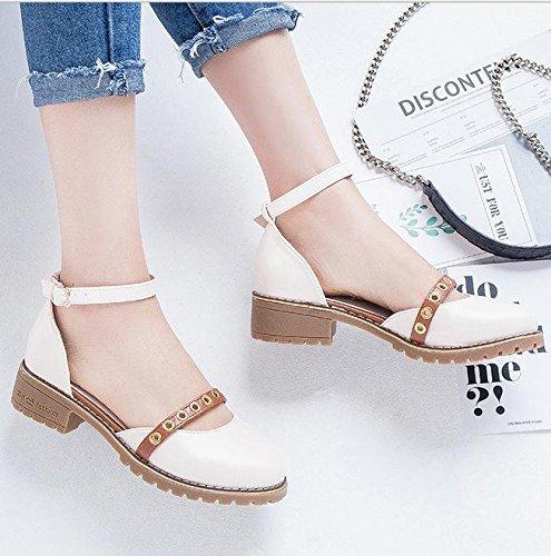 Un calzado tipo de palabra de la correa de las sandalias de las mujeres apricot