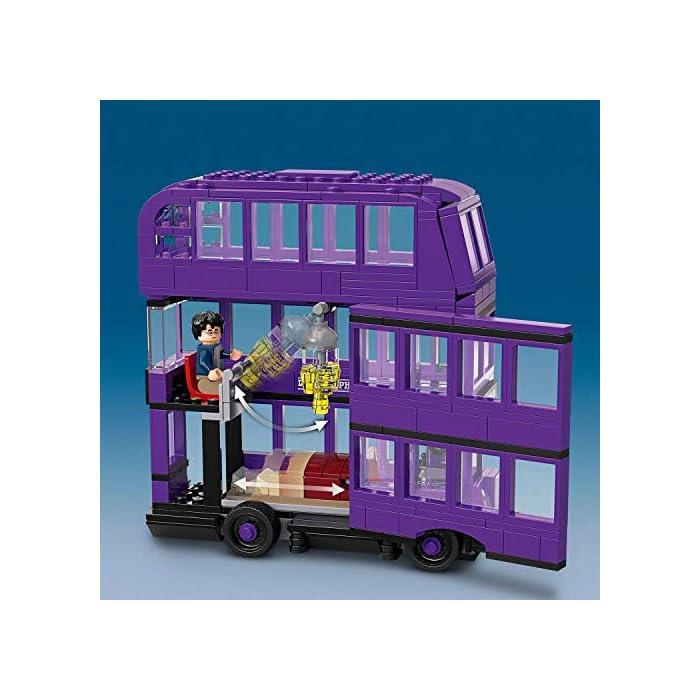 51th9NDhrBL Incluye 3 minifiguras LEGO Harry Potter (novedad en junio de 2019): Harry Potter, Stan Shunpike y Ernie Prang. Este autobús LEGO de 3 pisos cuenta con un panel lateral abisagrado abatible y un techo desmontable para abrir al máximo las posibilidades de juego. Incluye también una cama que se desliza y una lámpara colgante que se mueve cuando el autobús gira y da un viraje brusco.