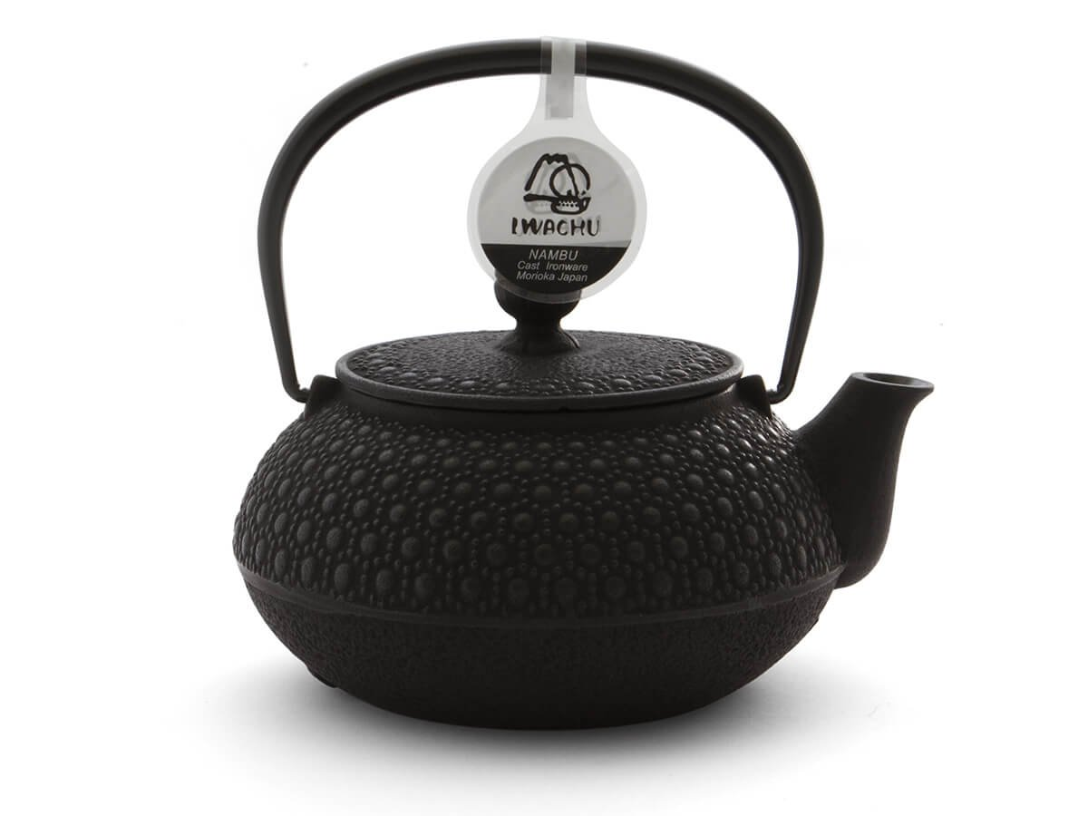 Japanische Teekanne Gusseisen KIKKO von IWACHU, schwarz, 0,65 Liter, mit Edelstahl-Sieb. Innen emailliert, für alle Tee-Sorten geeignet