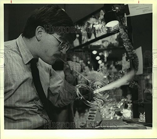 1992 Press Photo Glass blower Mike St. Gelais crafts a swan in Colonie, New - Mall Colonie