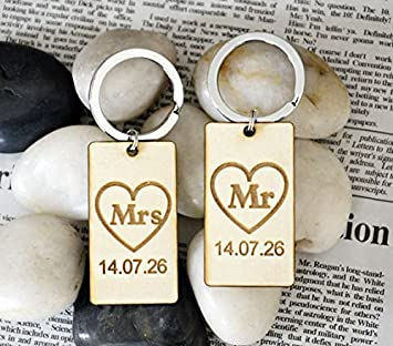 Amazon.com: MR and MRS Llavero personalizado Fecha de boda ...