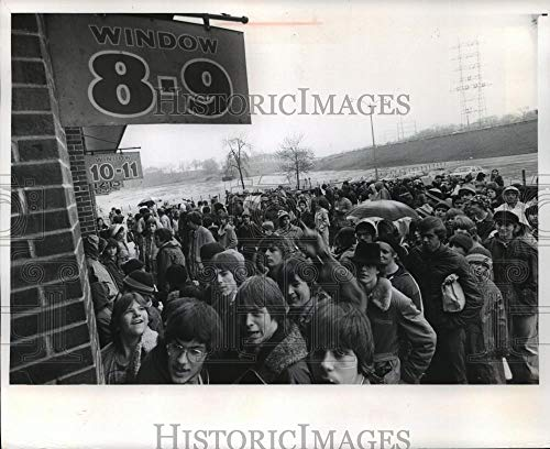 - 1978 Press Photo Fans in rain waiting to buy Brewers tickets, Milwaukee.