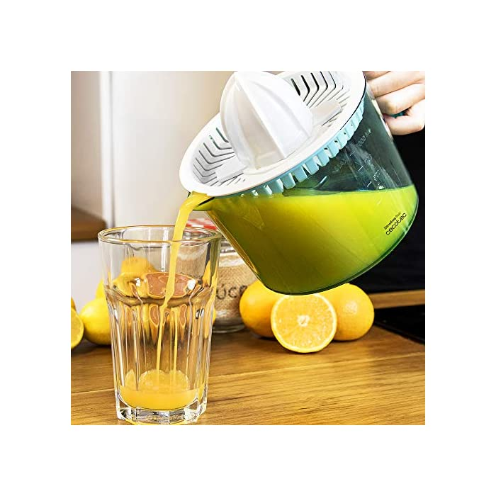 51ufXks4UQL Exprimidor eléctrico para naranjas y cítricos con 40 W de potencia. Incluye dos conos desmontables, para cítricos más pequeños o más grandes. Con doble sentido de giro para aprovechar al máximo la fruta y encendido automático con solo presionar el cono con la fruta. Tambor BPA Free, calibrado en ml con capacidad de 1 l. Todas las piezas son desmontables y aptas para el lavavajillas, salvo la base eléctrica.