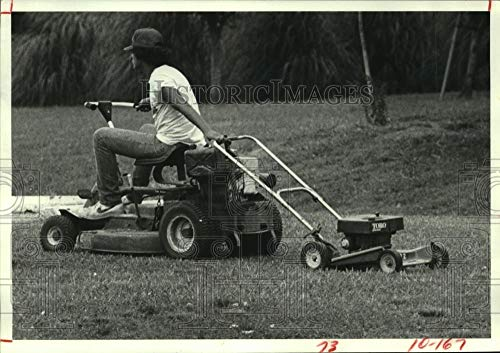 Vintage Photos 1982 Press Photo Pasadena Parks Employee Rides Mower & pulls Push Mower in ()