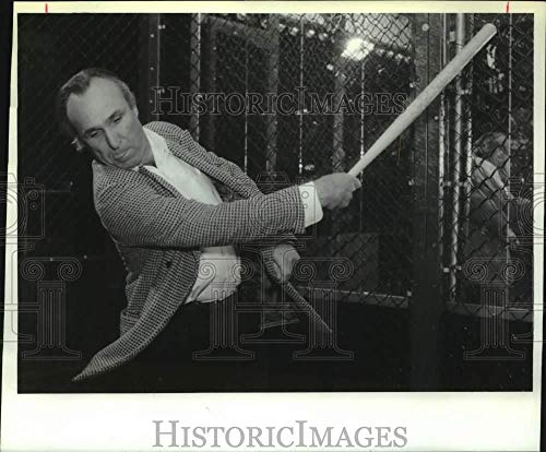 1995 Press Photo Film director Ron Shelton in batting cage at Albany, NY bar ()