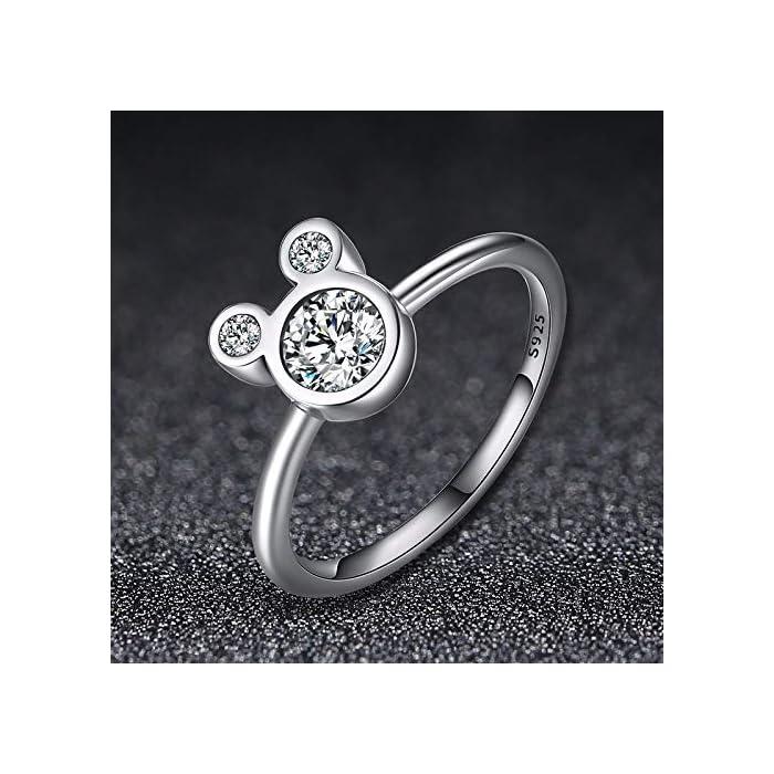 DISEÑO – Olvide preocuparse por el tallaje, el anillo 24Joyas es un anillo abierto ajustable, adaptable a cualquier dedo. Está realizado en plata de ley 925 con una piedra principal brillante de 5 milímetros y cientos de piedras pequeñas alrededor del anillo, un diseño clásico que se mantiene siempre elegante y sofisticado a pesar del paso del tiempo, como el amor. JOYA ELEGANTE – El anillo es una joya refinada, con una delicada y atractiva discreción que distingue a las niñas, chicas y mujeres con buen gusto y elegancia.Ideal para combinar con cualquier vestido y/o ropa casual aportando un toque de belleza y distinción en cualquier situación. MATERIAL DE ALTA CALIDAD – Anillo construído con fina plata de ley 925 y zirconia cúbica de pureza 5A, antialérgica, no contiene constituyentes nocivos, no contiene níquel, no contiene plomo y no contiene cadmio.