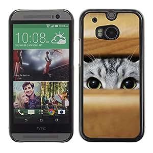 KOKO CASE / HTC One M8 / gato gris asomando los ojos verdes juego de caza / Delgado Negro Plástico caso cubierta Shell Armor Funda Case Cover