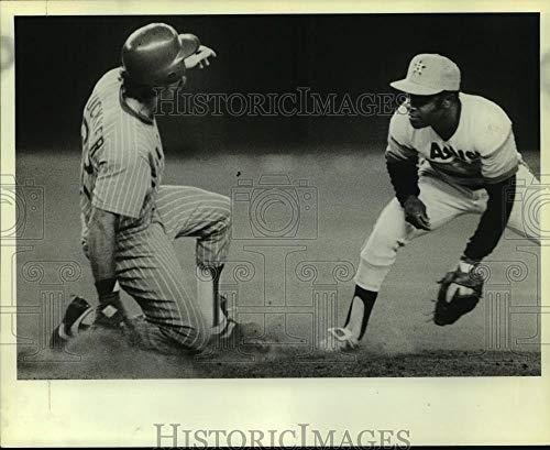 1980 Press Photo Houston Astros' Joe Morgan waits to tag Chicago's Bill Buckner ()