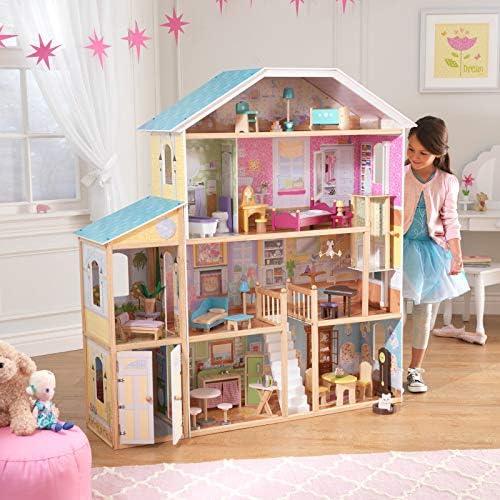 Mädchen steht neben XXL Puppenhaus aus Holz