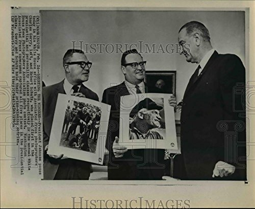 1965 Wire Photo Pres. Johnson Poses in White House Office AP Photographers - - Historic Images