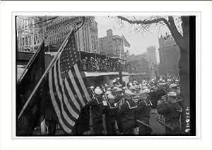 Photo (L): Parade