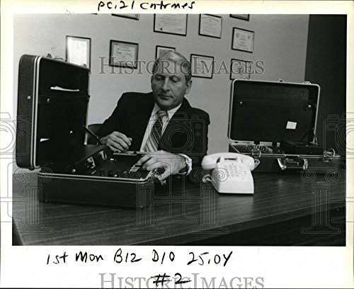 1987 Press Photo Art Barger demonstrate a wiretap check on a telephone