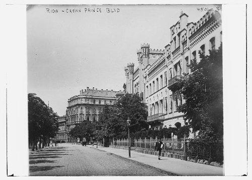 Photo: Riga - Crown Prince Blvd,Latvia,Bain Service,streetlamp,trees