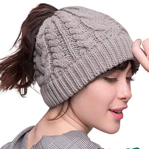 秋冬季节户外活动,扎马尾辫也一样戴上漂亮的绒线帽