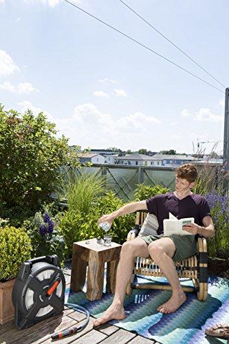 Gardena city gardening Terrassen-Schlauchbox 10 m: Schlauchrolle mit 10 m Schlauch, einklappbare Kurbel und Griff…