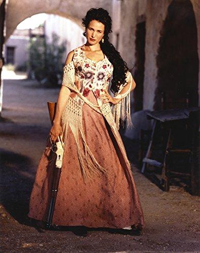 Andie Macdowell Debout Vêtue D'une Longue Robe Florale Avec Impression Photo De Fusil De Chasse (24 X 30)