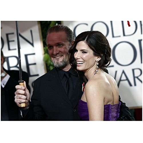 Sandra Bullock 8 Inch x 10 Inch Photo Gravity The Proposal Miss Congeniality w/Jesse James Holding Umbrella kn