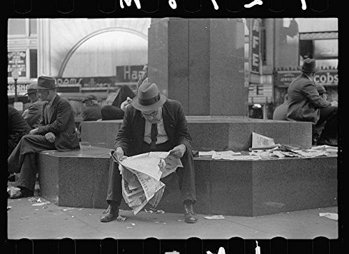 Photo: Man reading newspaper in Fountain Square,Cincinnati,Ohio,OH,October - Cincinnati Fountain Square Oh
