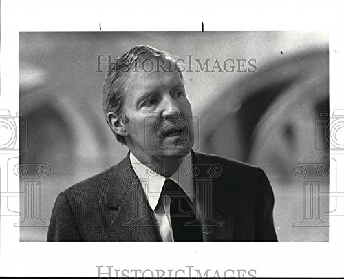 Historic Images 1984 Press Photo First Friday Club speaker Frank Shakespeare - 8 x ()