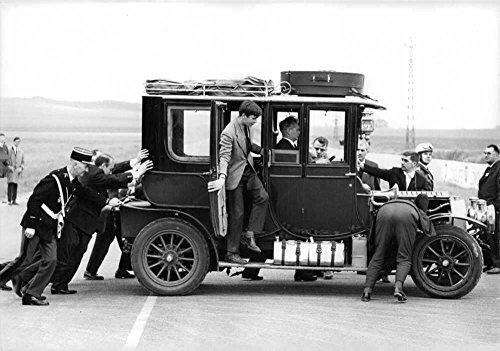 vintage-photo-of-people-observing-delahaye-1908-landautet