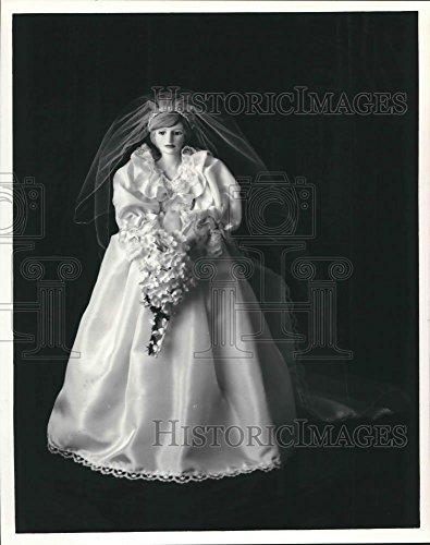 Historic Images 1983 Press Photo Princess Diana Bride Doll. - hca20212-10 x 8 in