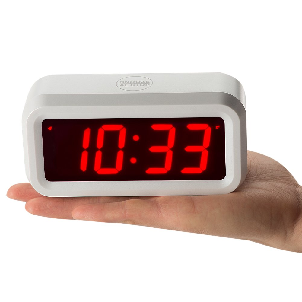 4 Batterien lassen die Zeit Tag und Nacht f/ür mehr als ein Jahr chaorong Kleine batteriebetrieben Digitale LED Wecker mit 3 cm gro/ßes Display f/ür Schlafzimmer oder /überall plastik wei/ß