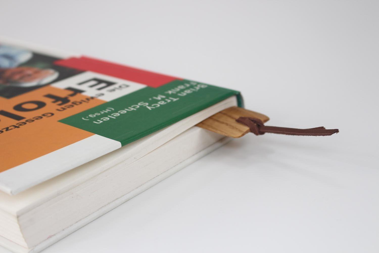 Buchzeichen Lesemarke Original von WOODBI/® Holzart: Akazie Hochwertiges LesezeichenKIVIUQ aus Holz und Echtleder Leseband Bookmark Akazie