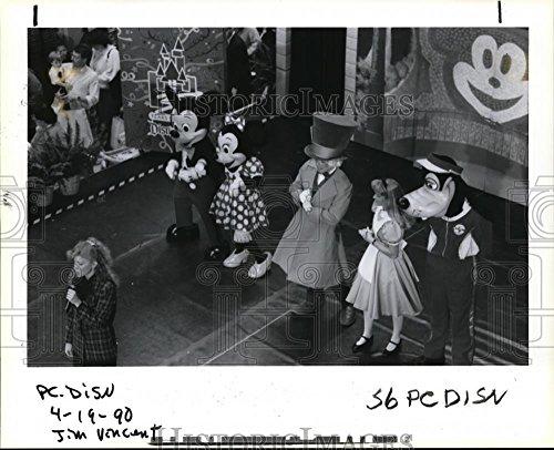 1990 Press Photo Disney Character dance at Clackamas Town Center - - Center Town Clackamas