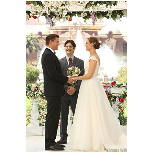 Bones (TV Series 2005 - ) 8 inch by 10 inch PHOTOGRAPH David Boreanaz & Emily Deschanel Happily Exchanging Vows kn