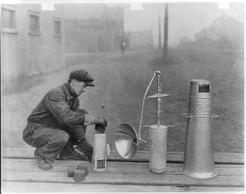 Photo: Carbic light,Workman,Portable lamp,Duluth,MN,1918,photo (Mn Furniture Duluth)
