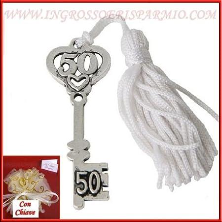 Llave de metal color plata con tallar superior a forma de corazón y número 50Munita de ojal y Madison Blanca–Bombonera aniversario boda