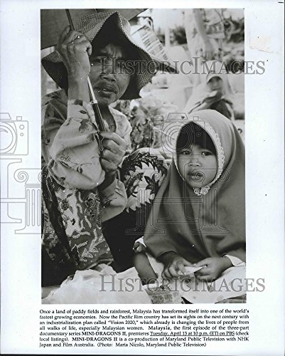 1993 Press Photo Malaysian woman with umbrella and child - - Women Pictures Malaysian