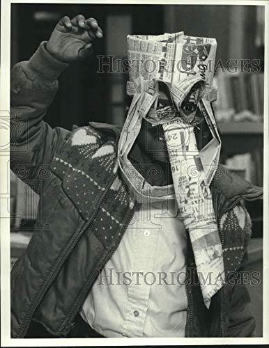 1986 Press Photo Eboni Marshall at Soule Library in Halloween Mask - sya14512