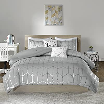 """Intelligent Design Raina Comforter Set Full/Queen Size - Grey Silver, Geometric – 5 Piece Bed Sets – Ultra Soft Microfiber Teen Bedding for Girls Bedroom - PRODUCT FEATURES - Ultra soft brushed microfiber with metallic geometric silver printing. The reverse comes with brushed microfiber to keep you comfortable, cozy and snugly at night FABRICATION - Polyester brushed microfiber accented with geometric silver printing. Decorative pillows come with intricate embroidery and metallic printing to complete the collection. Modern style with stunningly eye catching glamorous design to match your diva personality PACKAGE INCLUDES  -  (1) Comforter 90"""" x 90"""", (2) Shams 20"""" x 26"""", (2) decorative pillows 12"""" x 16"""" and 16"""" x 16"""" - comforter-sets, bedroom-sheets-comforters, bedroom - 51xJW5h0ZHL. SS400  -"""