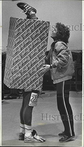 Costume Contest Categories (1991 Press Photo Rosy Ferner talks to husband Bill inside box costume)