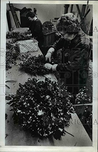 Vintage Photos 1975 Press Photo Sadie Davidson wraps fan of berries and holly leaves for wreath