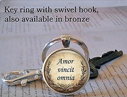 Amor Vincit Omnia, Love Conquers todos llavero, romántico ...